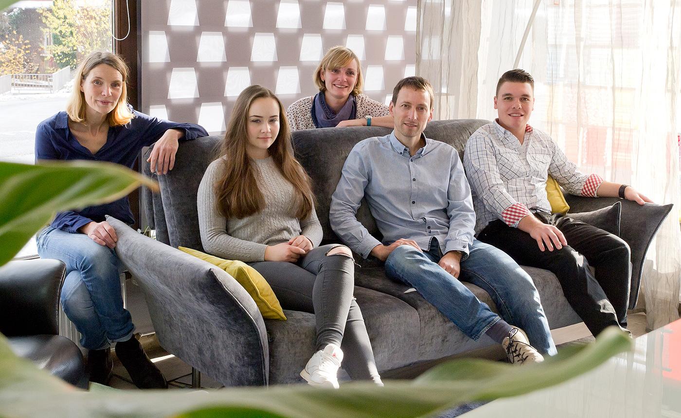 raumgestaltung-reeh-team-auf-sofa